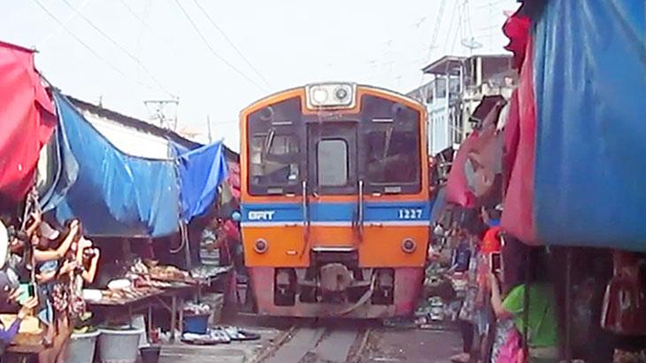 【タイ】鉄道で行くメークロン市場!列車が来たらテントをたたむ珍名所!