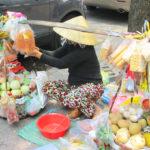 【ベトナム】ノンラーをかぶった商人など懐かしさを感じるホーチミンの路上商売