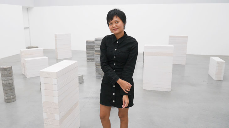"""【タイ】様々な対話から生まれたストーリーをコンクリートに描写した旅人 Orawan Arunrak  個展""""Counting"""""""
